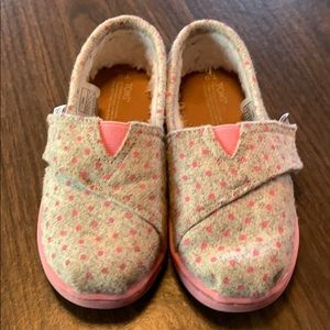 Adorable pink and gray polka dot Toms